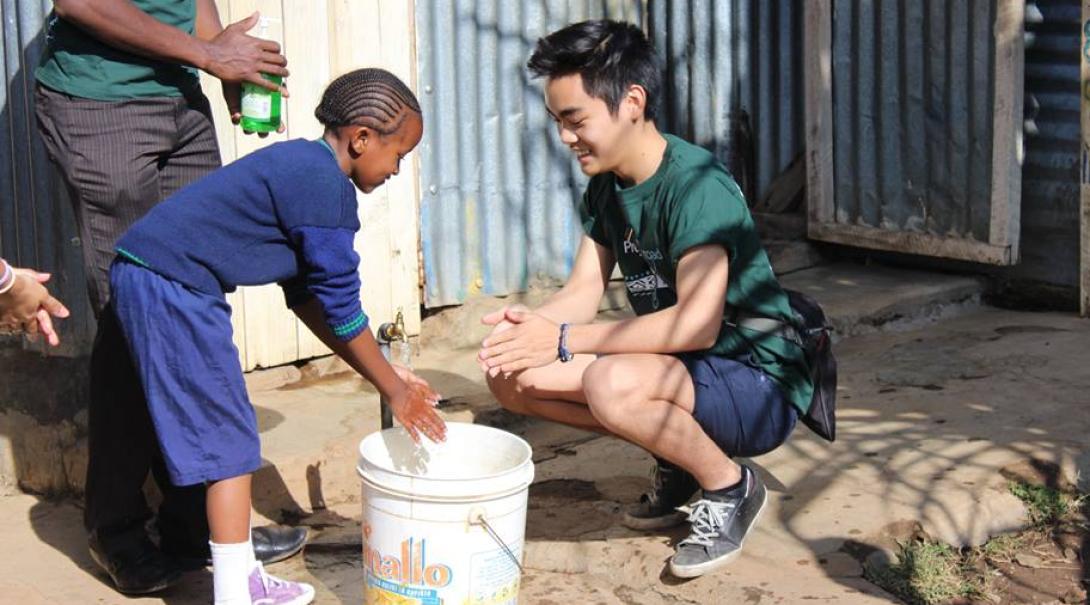 ケニアの子供への手洗い指導にあたる日本人高校生ボランティア